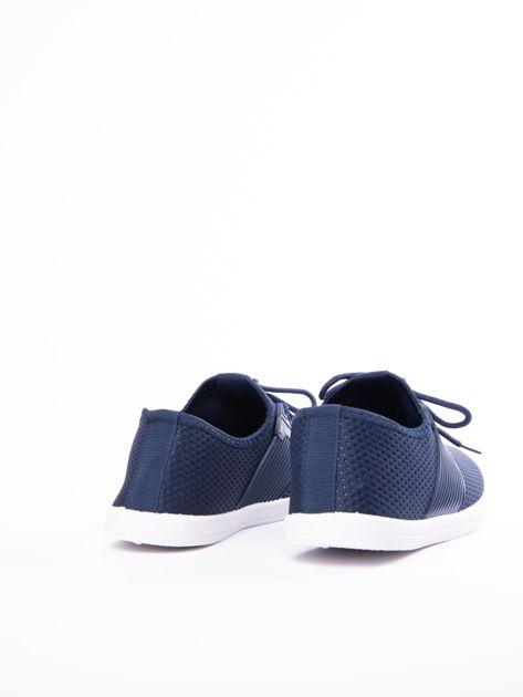 Granatowe buty sportowe z fakturą i gumową wstawką na sznurowaniu                              zdj.                              3