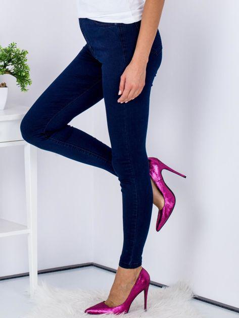 Granatowe dopasowane denimowe spodnie high waist                              zdj.                              5