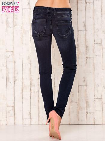 Granatowe dopasowane spodnie z napami                                  zdj.                                  3