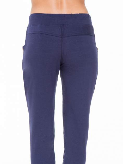 Granatowe eleganckie spodnie dresowe z dżetami                                  zdj.                                  7