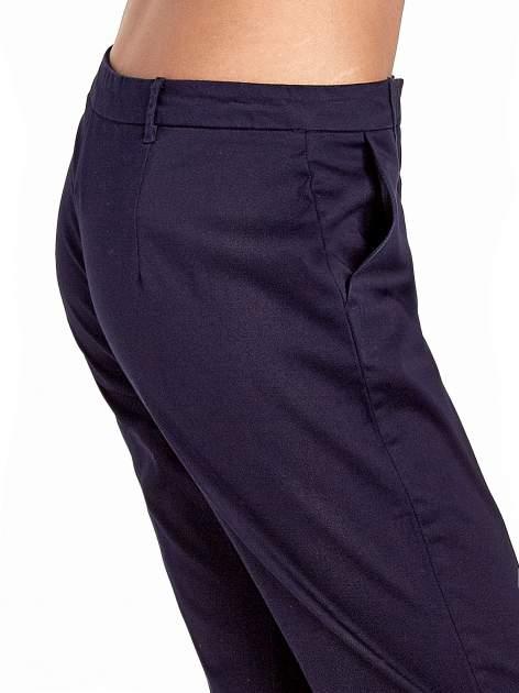 Granatowe eleganckie spodnie za kolano                                  zdj.                                  5