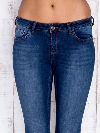 Granatowe jeansowe spodnie rurki z przetarciami                                  zdj.                                  4
