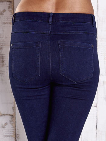 Granatowe jeansowe spodnie skinny jeans z kieszeniami                                  zdj.                                  6