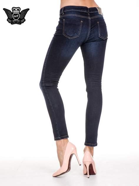 Granatowe klasyczne spodnie rurki z lekkim przetarciami                                  zdj.                                  4