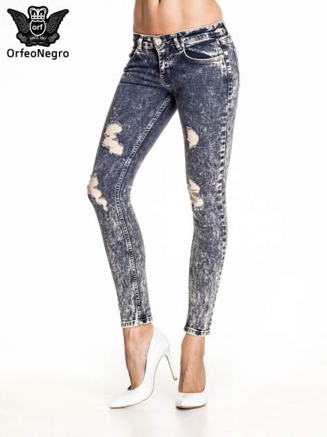 Granatowe marmurkowe spodnie skinny jeans z przetarciami                                  zdj.                                  1