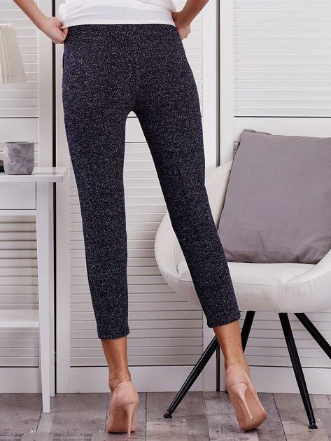 Granatowe materiałowe spodnie melange                                  zdj.                                  2