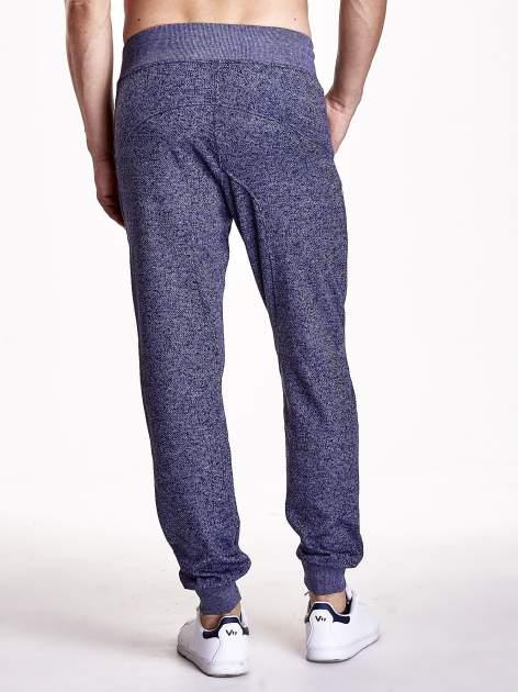 Granatowe melanżowe spodnie męskie z zasuwanymi kieszeniami                                  zdj.                                  3