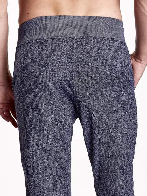 Granatowe melanżowe spodnie męskie z zasuwanymi kieszeniami                                  zdj.                                  6