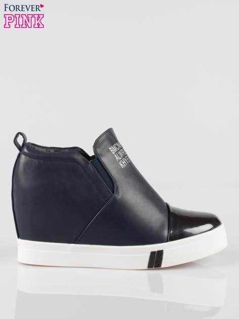 Granatowe sneakersy trampki na koturnie z lakierowanym czubkiem                                  zdj.                                  1