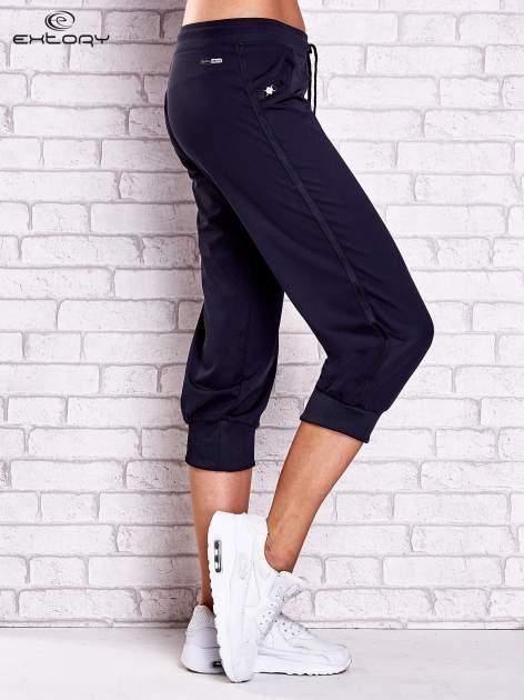 Granatowe spodnie capri z aplikacjami z dżetów                                  zdj.                                  3
