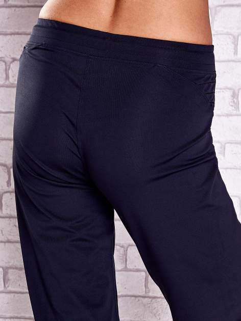 Granatowe spodnie capri z haftowanymi wstawkami PLUS SIZE                                  zdj.                                  6
