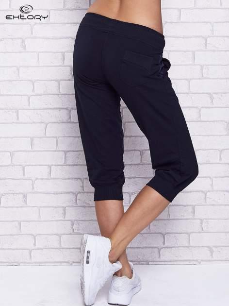 Granatowe spodnie capri z tylną kieszenią                                  zdj.                                  2