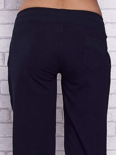 Granatowe spodnie capri z tylną kieszenią                                  zdj.                                  6