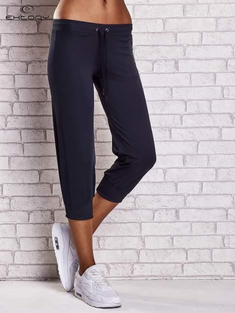 Granatowe spodnie capri z wszytą kieszonką                                  zdj.                                  1