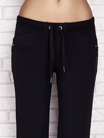 Granatowe spodnie dresowe capri z aplikacją na kieszeniach                                  zdj.                                  4