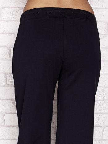 Granatowe spodnie dresowe capri z ozdobnym przeszyciem w pasie                                  zdj.                                  6