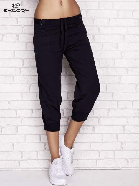 Granatowe spodnie dresowe capri z wszytymi kieszeniami                                  zdj.                                  1