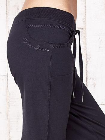 Granatowe spodnie dresowe capri ze ściągaczami na dole                                  zdj.                                  5