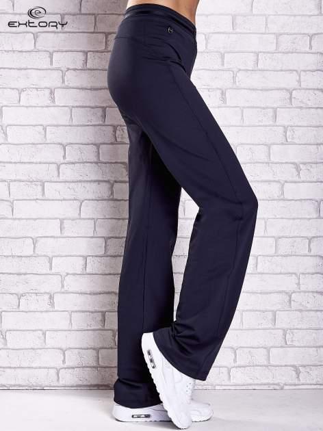 Granatowe spodnie dresowe z guziczkami                                  zdj.                                  2