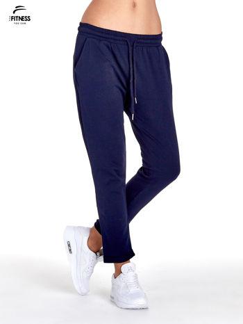 Granatowe spodnie dresowe z powijaną nogawką                                  zdj.                                  1