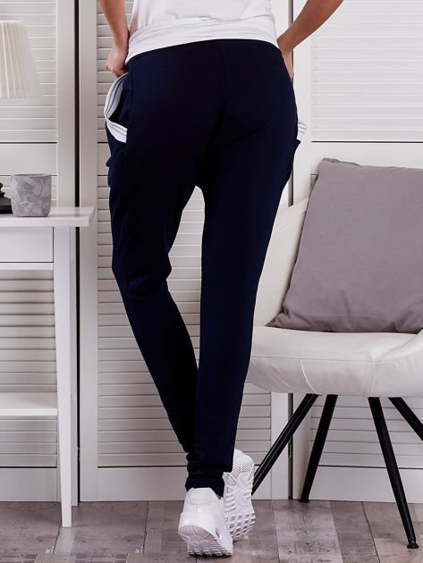 Granatowe spodnie dresowe ze ściągaczami przy kieszeniach                              zdj.                              2