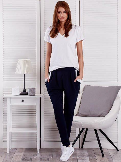 Granatowe spodnie dresowe ze ściągaczami przy kieszeniach                                  zdj.                                  4