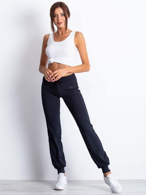 Granatowe spodnie dresowe ze ściągaczem                                  zdj.                                  4