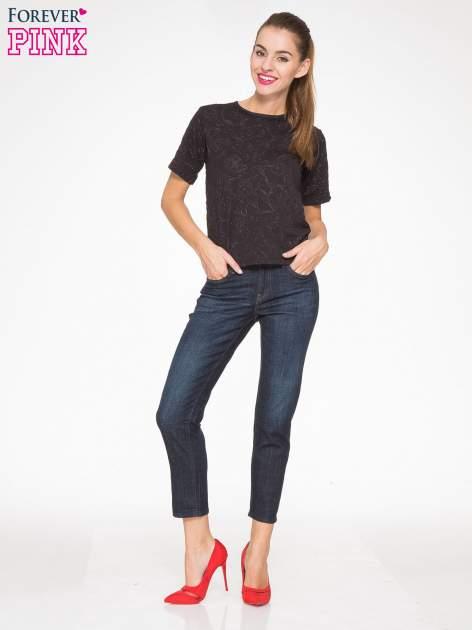 Granatowe spodnie  girlfriend jeans z cieniowaniem                                  zdj.                                  2