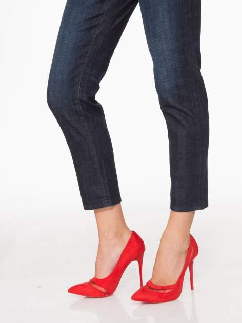 Granatowe spodnie  girlfriend jeans z cieniowaniem                                  zdj.                                  8