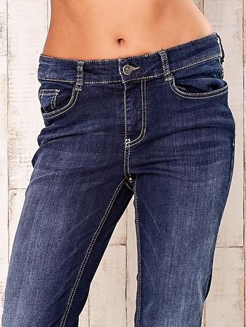 Granatowe spodnie jeansowe regular                                  zdj.                                  4