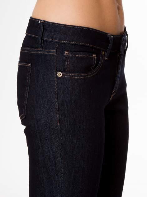 Granatowe spodnie jeansowe rurki                                   zdj.                                  7