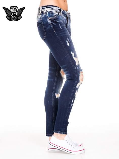 Granatowe spodnie jeansowe rurki z poszarpanymi nogawkami                                  zdj.                                  3