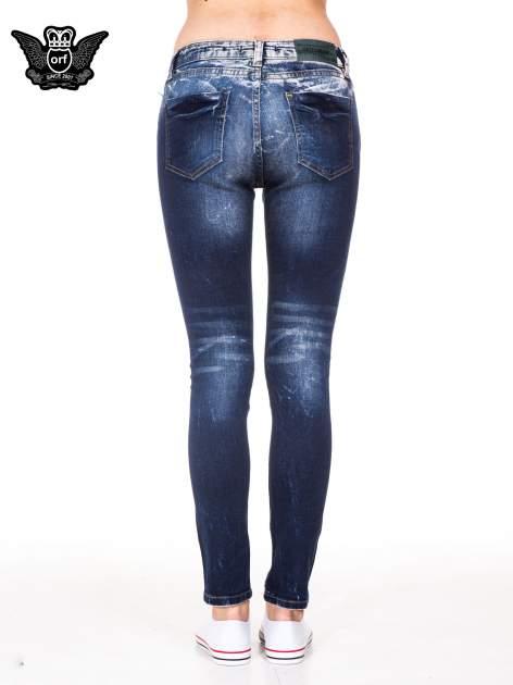 Granatowe spodnie jeansowe rurki z poszarpanymi nogawkami                                  zdj.                                  5