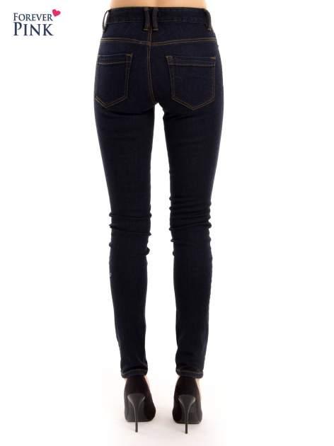 Granatowe spodnie jeansowe z wysokim stanem                                  zdj.                                  3