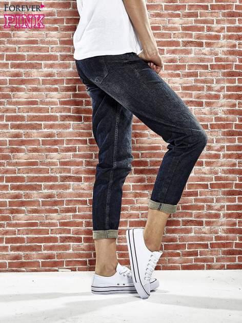 Granatowe spodnie regular jeans z tłoczeniem przy kieszeniach                                  zdj.                                  3