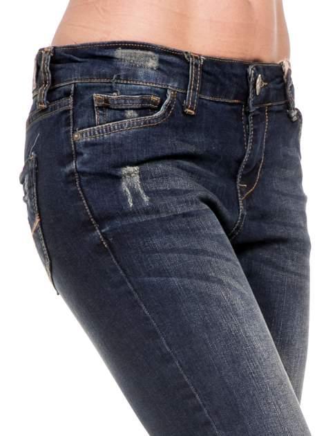Granatowe spodnie rurki do połowy łydki z lekkimi przetarciami                                  zdj.                                  6