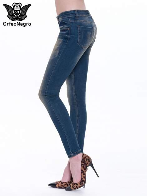 Granatowe spodnie skinny jeans z cieniowaniem i przetarciami                                  zdj.                                  4