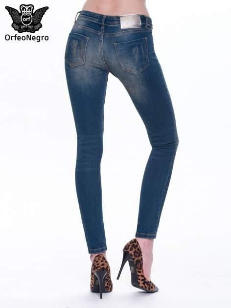Granatowe spodnie skinny jeans z cieniowaniem i przetarciami                                  zdj.                                  3