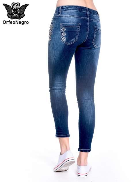 Granatowe spodnie skinny jeans z haftem                                  zdj.                                  6
