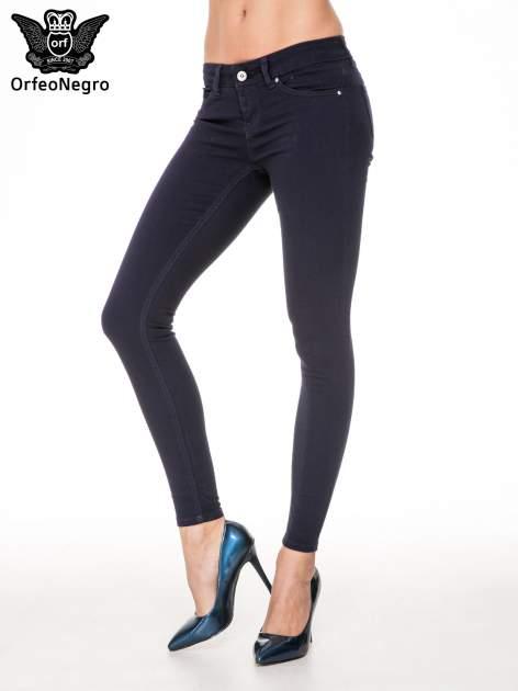 Granatowe spodnie typu skinny z elastycznego materiału                                  zdj.                                  1