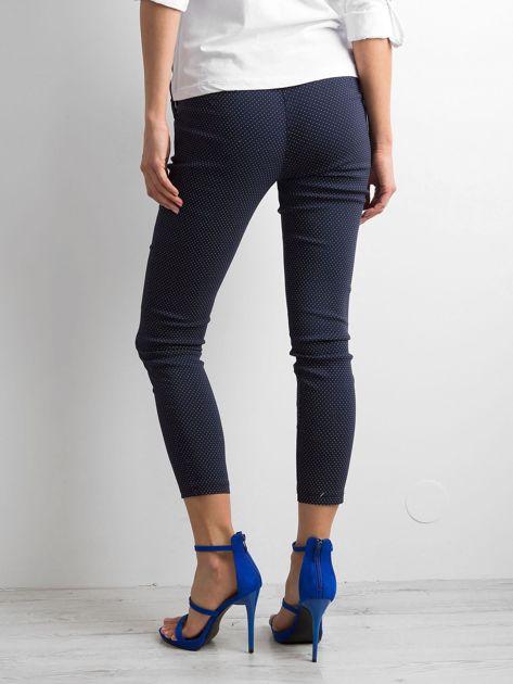 Granatowe spodnie w groszki                              zdj.                              2