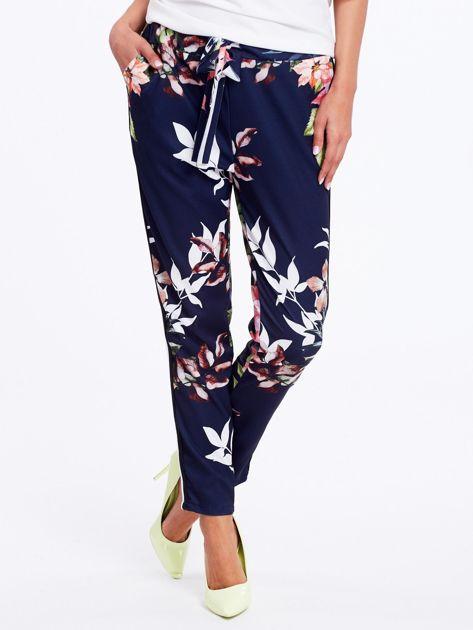 Granatowe spodnie w kwiaty z lampasami                              zdj.                              2