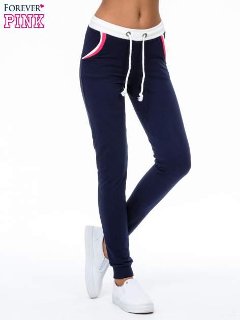 Granatowe spodnie z kolorowym akcentem przy kieszeniach