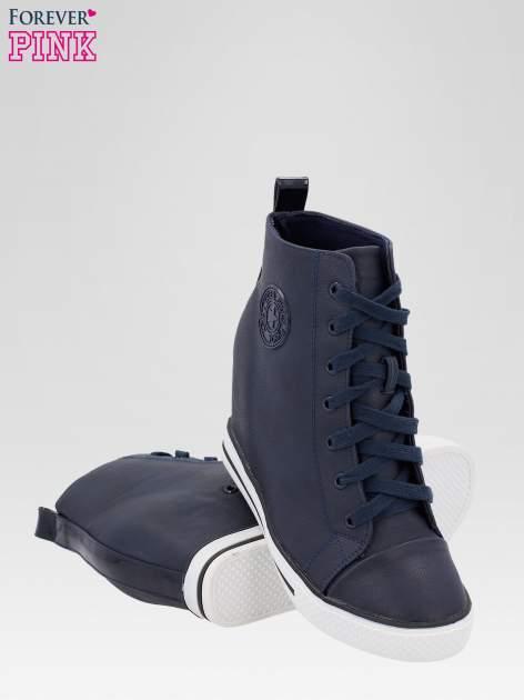 Granatowe trampki na koturnie w stylu sneakersów                                  zdj.                                  4