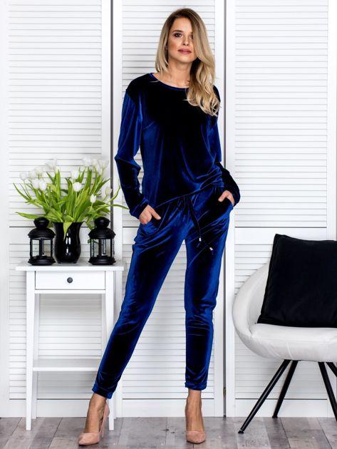 Granatowe welurowe spodnie dresowe o prostym kroju                               zdj.                              4