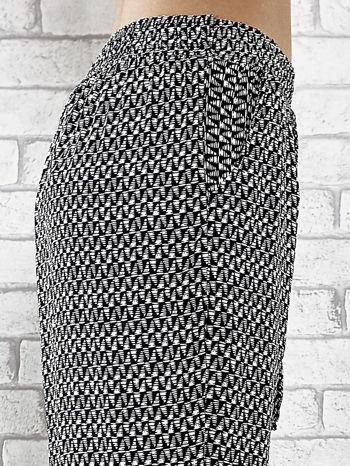 Granatowe zwiewne spodnie alladynki w drobny wzór geometryczny                                  zdj.                                  6