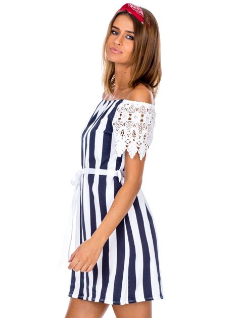 Granatowo-biała sukienka w paski z koronkowymi rękawami                              zdj.                              3