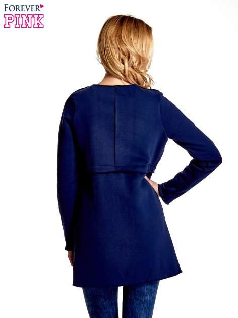 Granatowy dresowy bluzopłaszczyk o pudełkowym kroju                                  zdj.                                  4