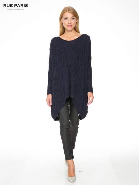 Granatowy dziergany długi sweter o kroju oversize                                  zdj.                                  2