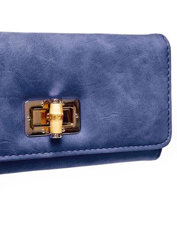 Granatowy fakturowany portfel ze stylizowanym zapięciem                                   zdj.                                  6